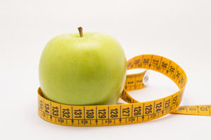 Manger une pomme avec un verre d'eau pour mincir